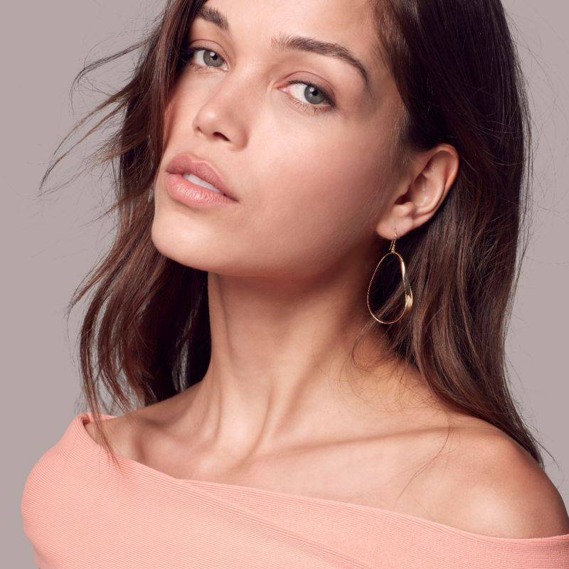 Ippolita Classico Twisted Ribbon Hoops in 18K Gold on model
