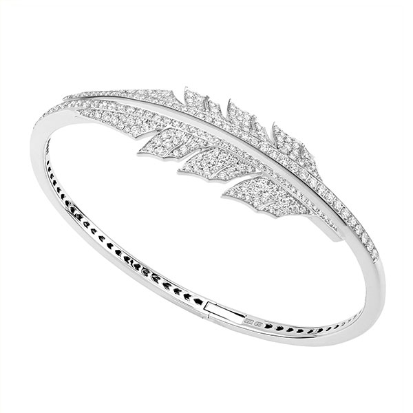The Magnipheasant collection from Stephen Webster produces magnificent jewelry, and this alluring bracelet is no exception. A bangle of 18K white gold fans out to a fabulous feather design that is completely embellished with sparkling white diamonds. This Stephen Webster cuff bracelet is the perfect accessory to upgrade your style.